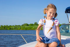 在豪华游艇的小女孩航行 库存照片