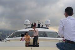 在豪华游艇的旅游参观维多利亚海湾 免版税库存图片