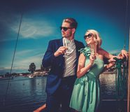 在豪华游艇的时髦的夫妇 免版税库存图片