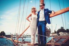在豪华游艇的时髦的富裕的夫妇 免版税库存照片
