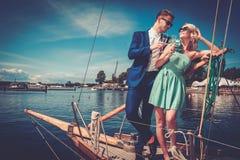 在豪华游艇的时髦的富裕的夫妇 库存照片