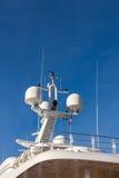 在豪华游艇的通信天线 免版税库存图片