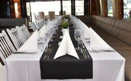 在豪华游艇的餐桌 免版税库存照片