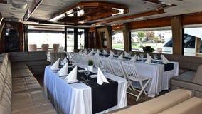 在豪华游艇的餐桌 免版税库存图片