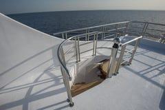 在豪华游艇sundeck的木楼梯  图库摄影