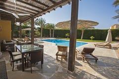 在豪华热带假日别墅的游泳池 免版税库存图片