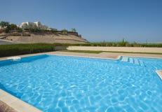 在豪华热带别墅的游泳池 库存图片