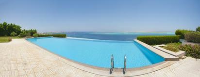 在豪华热带别墅的游泳池 免版税库存照片