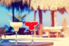 在豪华热带沙子海滩的两个鸡尾酒 免版税图库摄影