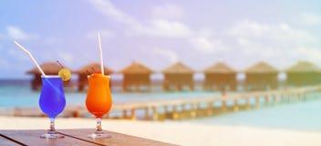 在豪华热带海滩胜地的两个鸡尾酒 库存图片
