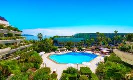 在豪华物产的一个美丽的游泳池在摩纳哥 免版税库存图片