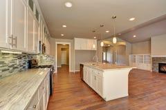 在豪华现代厨房的外型在一个全新的房子里 库存图片