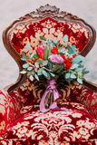 在豪华葡萄酒红色关闭的时髦的婚礼花束 库存照片