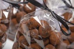 在豪华袋子的块菌状巧克力与在前景的焦点 免版税图库摄影