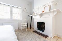 在豪华被更新的丹麦被称呼的卧室以壁炉为特色 库存照片