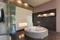 在豪华豪宅的圆的浴 免版税图库摄影