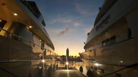 在豪华超级游艇小游艇船坞的日落 库存照片