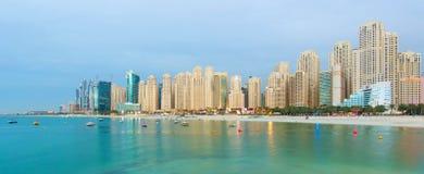 在豪华迪拜小游艇船坞摩天大楼的看法和Jumeirah在迪拜,阿联酋靠岸 库存图片
