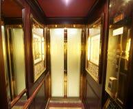 在豪华里面的电梯 库存图片