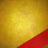 在豪华金背景的角落的对角红色丝带 免版税库存照片