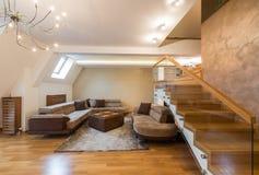 在豪华顶楼公寓的开放学制客厅内部 免版税图库摄影