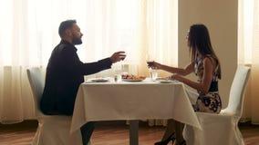 在豪华餐馆敬酒的夫妇 影视素材