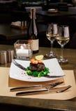在豪华餐馆的浪漫晚餐 在nori的Dorado内圆角用虾 图库摄影