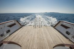 在豪华马达的后面甲板的梯子乘快艇 免版税图库摄影