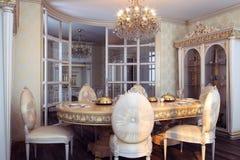 在豪华巴洛克式的内部的皇家家具 库存照片