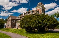 在豪宅前面的灌木在Cylburn树木园,在巴尔的摩, MD 图库摄影
