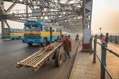在豪拉桥梁的清早交通在河Hooghly加尔各答,印度 免版税库存照片