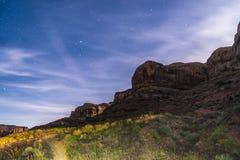 在豪猪土坎足迹默阿布犹他附近的夜满天星斗的天空 免版税库存图片