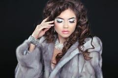 在貂皮皮大衣的冬天美好的时尚深色的妇女模型我 库存图片