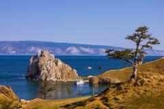 在贝加尔湖、海湾和岩石中间的海岛 免版税库存图片