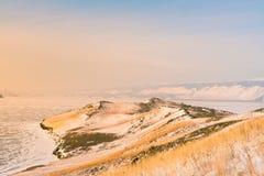 在贝加尔湖水湖的高小山山 免版税库存照片