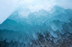 在贝加尔湖的冰柱 库存照片