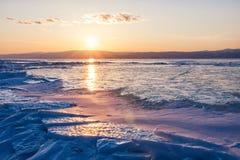 在贝加尔湖的日落在冬天 图库摄影