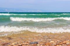 在贝加尔湖的波浪 奥尔洪岛,俄罗斯 免版税图库摄影