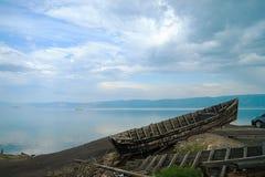 在贝加尔湖的被放弃的小船 图库摄影