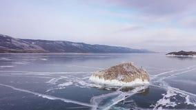 在贝加尔湖的鸟瞰图 有美丽的冰的Winter湖 在海岸和海岛的岩石 俄国冬天 Dron射击了 影视素材