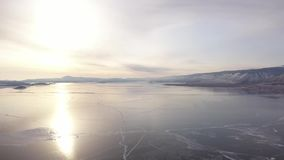 在贝加尔湖的鸟瞰图 有美丽的冰的Winter湖 在海岸和海岛的岩石 俄国冬天 Dron射击了 股票视频