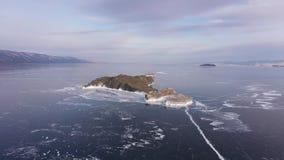在贝加尔湖的鸟瞰图 有美丽的冰的Winter湖 在海岸和海岛的岩石 俄国冬天 Dron射击了 股票录像