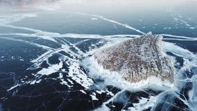 在贝加尔湖的鸟瞰图 有美丽的冰的Winter湖 在海岸和海岛的岩石 俄国冬天 r 股票录像