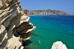 在贝尼多姆,西班牙附近的一个岩石 图库摄影