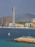 在贝尼多姆,阿利坎特,有雨云的西班牙批评贝尼多姆Poniente海滩看法与口岸、摩天大楼、小船和山的在b 库存图片