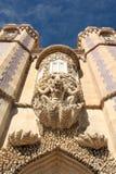 在贝纳宫殿凸出的三面窗的神话氚核  免版税库存照片