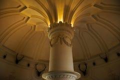 在贝纳宫殿里面在辛特拉,里斯本区,葡萄牙 关闭一块哥林斯人资本和装饰的天花板 库存照片