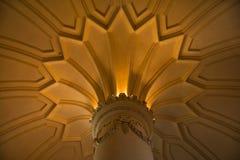 在贝纳宫殿里面在辛特拉,里斯本区,葡萄牙 关闭一块哥林斯人资本和装饰的天花板 图库摄影