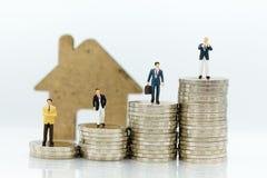 在财务往来的业务顾问房屋贷款的,微型人民 财政的图象用途,企业概念 免版税库存图片