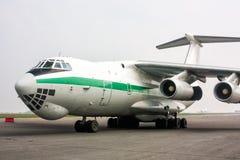 在货物停车处的大货物飞机在机场围裙 图库摄影